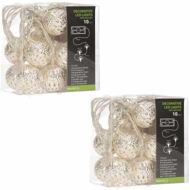 2x stuks zilveren kerstballen slingers met witte led verlichting